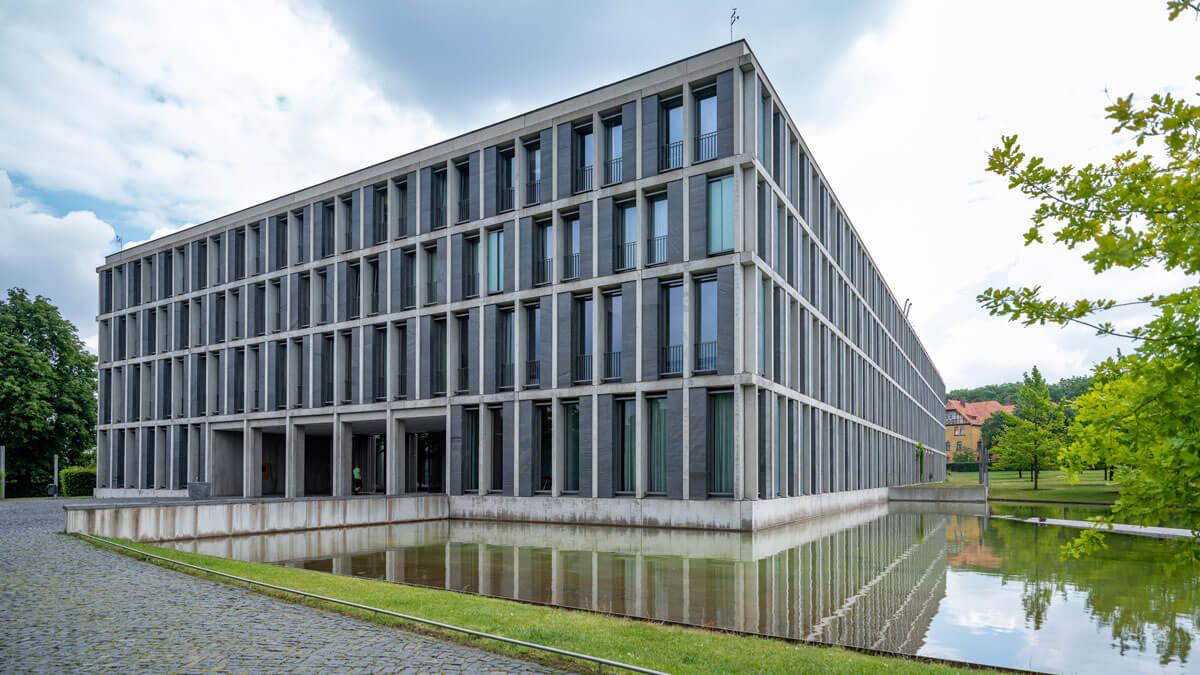 Außenansicht des Bundesarbeitsarbeitsgerichts, mit Teich