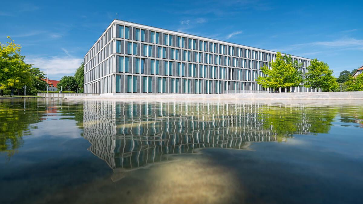 Außenansicht des Bundesarbeitsgerichts, mit Teich im Vordergrund