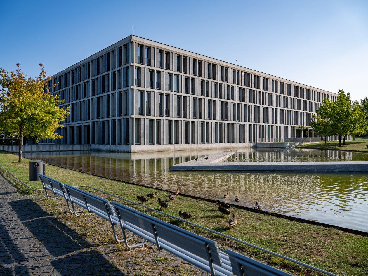 Außenansicht des Bundesarbeitsgerichts mit Teich im Vordergrund